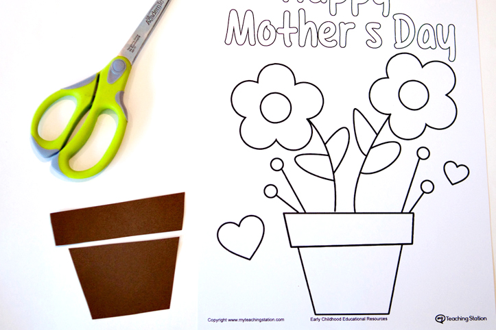 Cut out the brown paper to make the flower pod for the mother's day card.